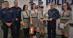 Harcerze przynieśli do komisariatu policji Betlejemskie Światło Pokoju