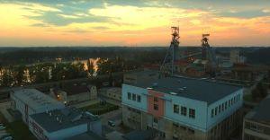 Wideo-dnia: piękny zachód słońca nad kopalnią Silesia