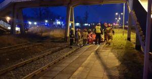 Pociąg osobowy wyhamował przed mężczyzną, który leżał na torowisku