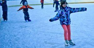 Kolorowe piątki i rodzinne soboty na miejskim lodowisku