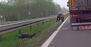 [WIDEO] Na DK-1 kobieta spadła z motocykla, policja szuka świadków