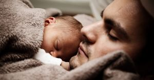 Tata na macierzyńskim. Ojcowie również korzystają ze świadczenia
