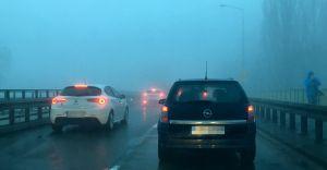 IMGW ostrzega przed gęstą mgłą. Widzialność mocno ograniczona