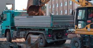 Firma ukarana za nielegalne zwożenie ziemi na ulicę Pionkową