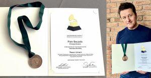 Piotr Beczała otrzymał medal za nominację w Grammy