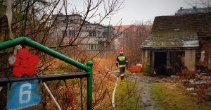 [WIDEO] Pożar pustostanu przy ul. Moniuszki. 8 zastępów w akcji!