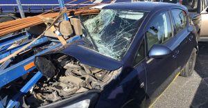 [FOTO] O krok od tragedii na DK-1. Pręty wbiły się do samochodu!