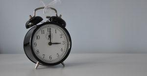 W niedzielę śpimy dłużej - pamiętajcie przestawić zegarki!