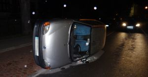 [ZDJĘCIA] Przewrócony Fiat Seicento na ulicy Klasztornej