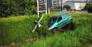 [ZDJĘCIA] Widowiskowa kraksa na ulicy Traugutta, Fiat wypadł z ronda