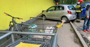 [FOTO] Demolka na parkingu Biedronki. Starszą panią zamroczyło