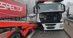 Zderzenie dwóch ciężarówek i osobówki na DK 1