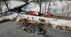 [FOTO, WIDEO] Ligota: samochód wpadł do stawu. Kierowca pijany!