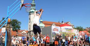 Streetball na rynku - cheerleaderki, pokazy wsadów, sztuczne ognie