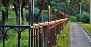 Jak odnowić metalowe ogrodzenie? Malujemy bramę
