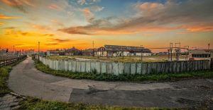 Foto-dnia: zachód słońca nad dawną walcownią cynku