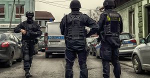 Tymczasowy areszt dla sprawcy napadu z bronią w ręku - wideo