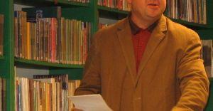 Historyk i ilustrator w bibliotece