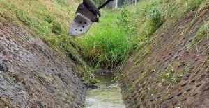 [FOTO] Druhowie z OSP Dziedzice pomagają w udrożnianiu rowów