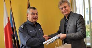 Burmistrz przekazał policji tysiąc opasek odblaskowych