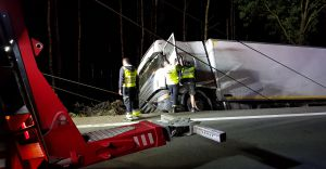 [ZDJĘCIA] W nocy usunięto ciężarówkę, która wpadła do rowu