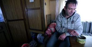 Bezdomny z przyczepy na DK1 dostał pracę i wychodzi na prostą