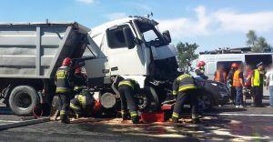 Wypadek na DK-1: trzy ciężarówki i osobówka - droga była zamknięta