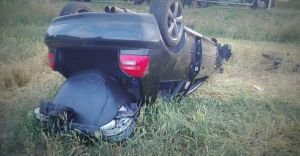 [ZDJĘCIA] Dachowanie Audi A3 w Kaniowie, kierowca stracił prawko