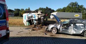 [FOTO] Ciężarówka zderzyła się z osobówką na krajowej jedynce