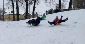 """Wideo-dnia: Zima, beztroska zabawa w """"Lasku"""" i niezwykłe bałwany"""