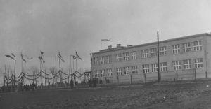 [Historyczne zdjęcie] Otwarcie szkoły powszechnej na Lipowcu