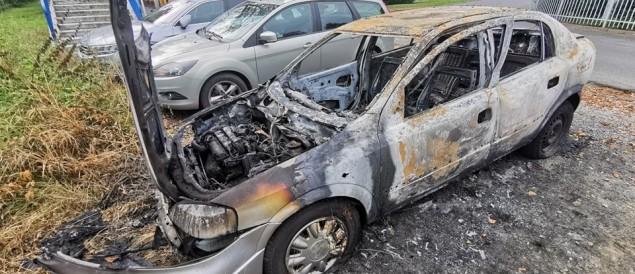 [FOTO] Dwa samochody spłonęły na ul. Dworcowej. Policja bada sprawę