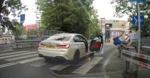 [WIDEO] Spięcie na linii kierowca BMW - pieszy zakończone bijatyką!