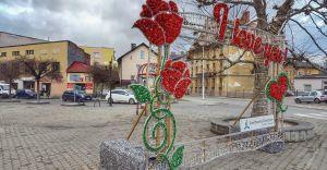 Przy deptaku na ul. Słowackiego stanęła walentynkowa dekoracja