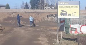 Zabrzeg: Mieszkańcy, mimo zakazu, przechodzą przez zamknięty przejazd