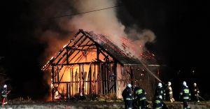 [FOTO] Bronów: nocny pożar stodoły przy ulicy Pszczelarskiej