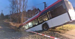 [FOTO] Autobus czechowickiego PKM wypadł z drogi i zawisł na skarpie
