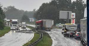 [FOTO] Ciężarówka w barierkach. Były duże utrudnienia w ruchu