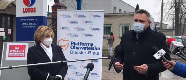 Konferencja parlamentarzystów PO przed siedzibą Lotosu w Czechowicach-Dziedzicach