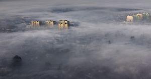 Foto-dnia: dziesięciopiętrowe bloki wyrastają ponad mgłę